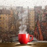 Cocido al vapor de la taza de café al vapor en un día lluvioso fotos de archivo libres de regalías