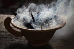 Cocido al vapor de la taza de la arcilla al vapor con las especias en la tabla de madera en calle Todavía fondo de la vida, Nepal Imagenes de archivo