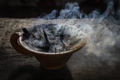 Cocido al vapor de la taza de la arcilla al vapor con las especias en la tabla de madera en calle Todavía fondo negro de la vida, Foto de archivo