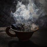 Cocido al vapor de la taza de la arcilla al vapor con las especias en la tabla de madera en calle Todavía fondo negro de la vida, Imagenes de archivo