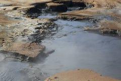 Cocido al vapor de los potes del fango al vapor en el área geotérmica de Namaskard Foto de archivo
