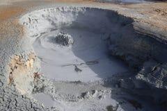 Cocido al vapor de los potes del fango al vapor en el área geotérmica de Namaskard Foto de archivo libre de regalías