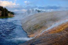Cocido al vapor del río al vapor de Yellowstone en la puesta del sol imagenes de archivo