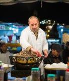 Cocido al vapor del vendedor de los caracoles al vapor, Marrakesh Fotografía de archivo