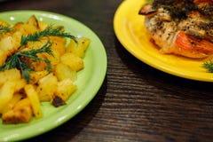 Cocido con la pechuga de pollo de los tomates y las patatas fritas imagenes de archivo