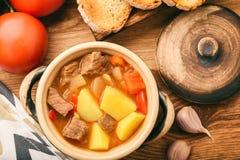 Cocido húngaro caliente de la sopa en la tabla de madera marrón fotografía de archivo libre de regalías