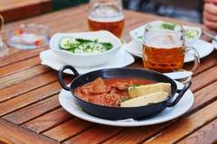 Cocido húngaro de carne de vaca con las verduras Fotos de archivo libres de regalías