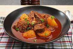 Cocido húngaro de carne de vaca húngaro del guisado Gulyas Imagen de archivo