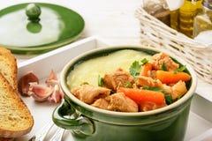 Cocido húngaro de Turquía guisado con las verduras y los purés de patata Foto de archivo libre de regalías