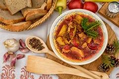 Cocido húngaro del pote con las divas colocadas en la tabla de ingredientes fotografía de archivo libre de regalías