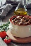 Cocido húngaro en un pote de cerámica Imagenes de archivo