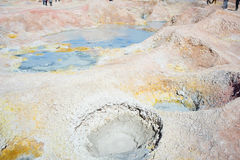 Cociendo la agua al vapor caliente acumula en los Andes, Bolivia Imagen de archivo