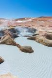 Cociendo la agua al vapor caliente acumula en los Andes, Bolivia Imagenes de archivo