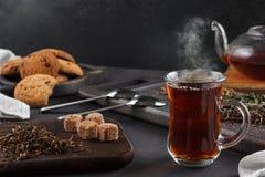 Cociendo la taza al vapor de té, aún vida en un fondo oscuro Fotografía de archivo libre de regalías