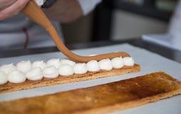 Cociendo y cocinando el chocolate y desiertos dulces Imagen de archivo