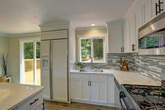 Cocina abierta hermosa del blanco de la segunda planta del plan imagen de archivo