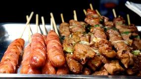 Cocina aborigen taiwanesa, salchicha de cerdo y skrewer de la barbacoa Imágenes de archivo libres de regalías