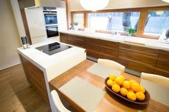 Cocina acogedora en casa moderna foto de archivo libre de regalías