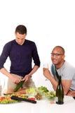 Cocina alegre de los pares de la pertenencia étnica mezclada Imagen de archivo