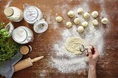 Cocina atmosférica de las pastas de la mano de los raviolis hechos en casa del corte Foto de archivo libre de regalías