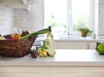 Cocina blanca clásica en casa Foto de archivo