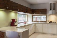 Cocina blanca con muebles de madera Fotos de archivo