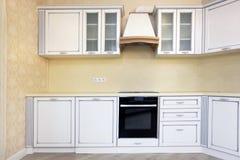 Cocina blanca de la esquina y amarillo, paredes beige fotografía de archivo