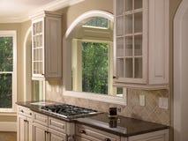 Cocina blanca de lujo 2 del hogar modelo Imagen de archivo libre de regalías
