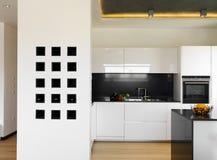 Cocina blanca de lujo moderna Foto de archivo
