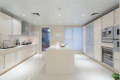 Cocina blanca grande Fotos de archivo libres de regalías