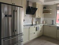 Cocina blanca moderna con Backsplash de mármol imágenes de archivo libres de regalías