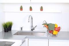 Cocina blanca moderna con un diseño interior Fotos de archivo libres de regalías