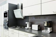 Cocina blanca moderna, diseño interior limpio Imagenes de archivo