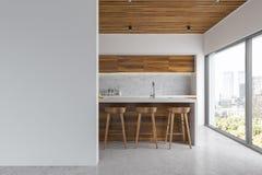 Cocina blanca y de madera, barra Imagenes de archivo