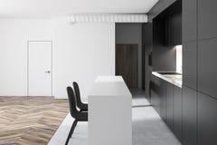 Cocina blanca y negra en un estudio plano Imagen de archivo libre de regalías