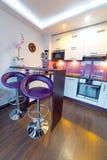 Cocina blanca y púrpura moderna Foto de archivo