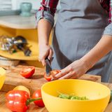 Cocina casera de la dieta sana de las verduras frescas foto de archivo