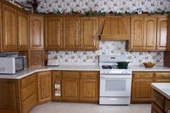 Cocina casera moderna, estufa, cabinas de roble interiores Imagenes de archivo