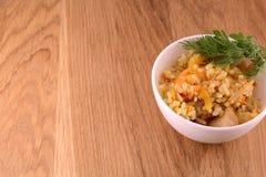 Cocina china - arroz frito con la carne en fondo de madera Foto de archivo libre de regalías