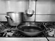 Cocina comercial: crisol y cacerola superiores de la estufa Fotografía de archivo libre de regalías