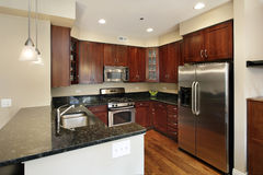 Cocina con cabinetry de madera de la cereza Foto de archivo libre de regalías