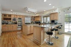 Cocina con cabinetry de madera de roble Imagen de archivo libre de regalías