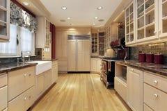 Cocina con cabinetry de madera de roble Fotografía de archivo libre de regalías