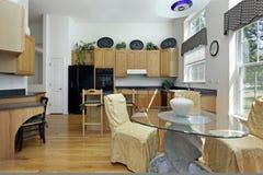 Cocina con cabinetry de madera de roble Fotos de archivo