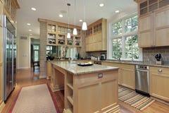 Cocina con cabinetry de madera de roble Imagenes de archivo