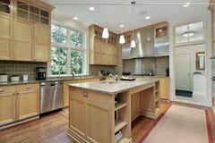 Cocina con cabinetry de madera de roble Foto de archivo libre de regalías