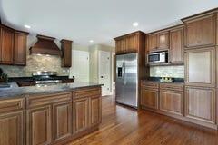 Cocina con cabinetry de madera de roble Imágenes de archivo libres de regalías