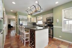 Cocina con el azulejo de suelo de la terracota Fotografía de archivo libre de regalías