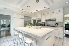 Cocina con el cabinetry blanco Imagenes de archivo