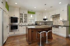 Cocina con el cabinetry blanco Fotos de archivo libres de regalías